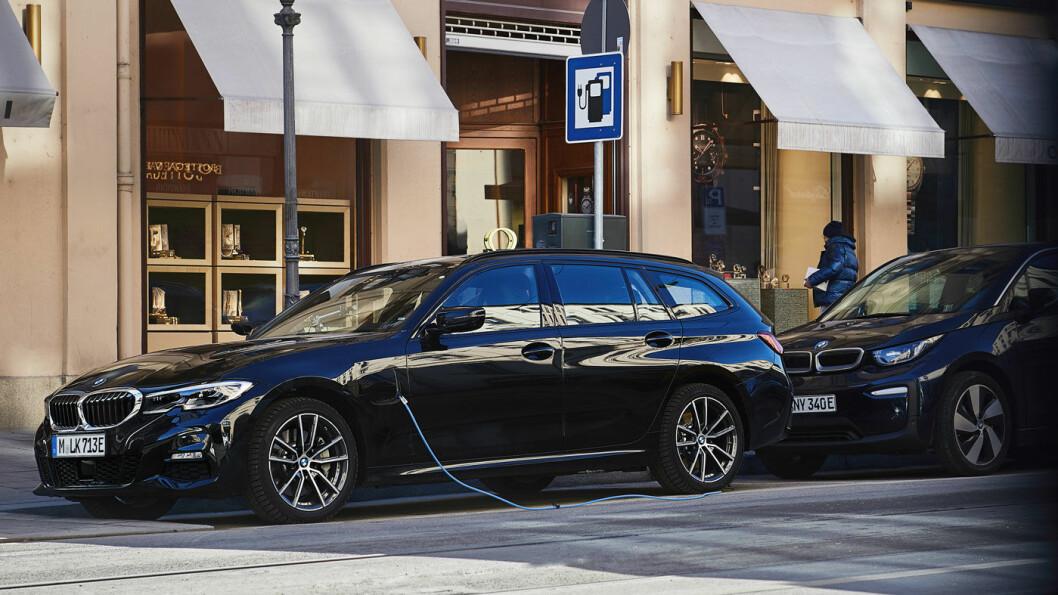 SUKSESSFORMEL: Når den ladbare hybriden BMW 330e nå kommer i versjonen xDrive Touring, har den de fleste egenskapene som skal til for å lykkes i det norske markedet. Den har 90 liter mindre bagasjerom enn de ikke-ladbare versjonene, men kan trekke tilhenger på 1,5 tonn. Foto: BMW