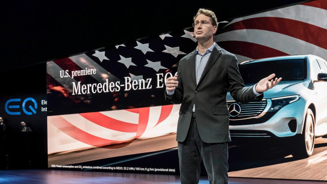 UTFORDRING: Mercedes-sjefen Ola Källenius, her fra EQC-lanseringen i USA for et år siden, bekrefter nå at det blir utfordrende å nå EUs nye utslippsmål. Foto: Daimler