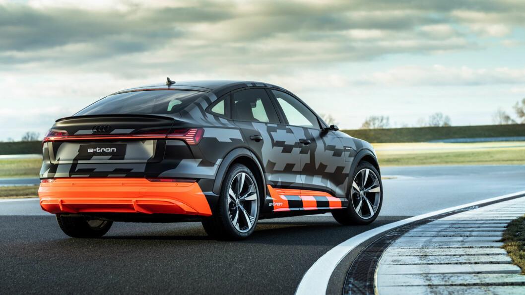 MASKERT: Til tross for den uunngåelige prototype-kamuflasjen, synes det at Audi har etterstrebet en mer sporty look – ikke minst med de synlig kraftigere hjulbuene.