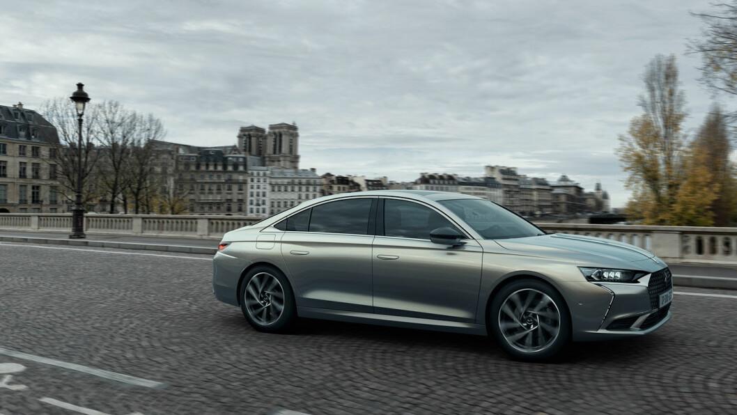 ULTRA-KLASSISK: DS har ikke tatt sjansen på noen krumspring hva angår formgivningen til sin nye premium-sedan. Dette er tradisjonelt så det holder. Fronten minner oss litt om nye Peugeot 508. Foto: DS