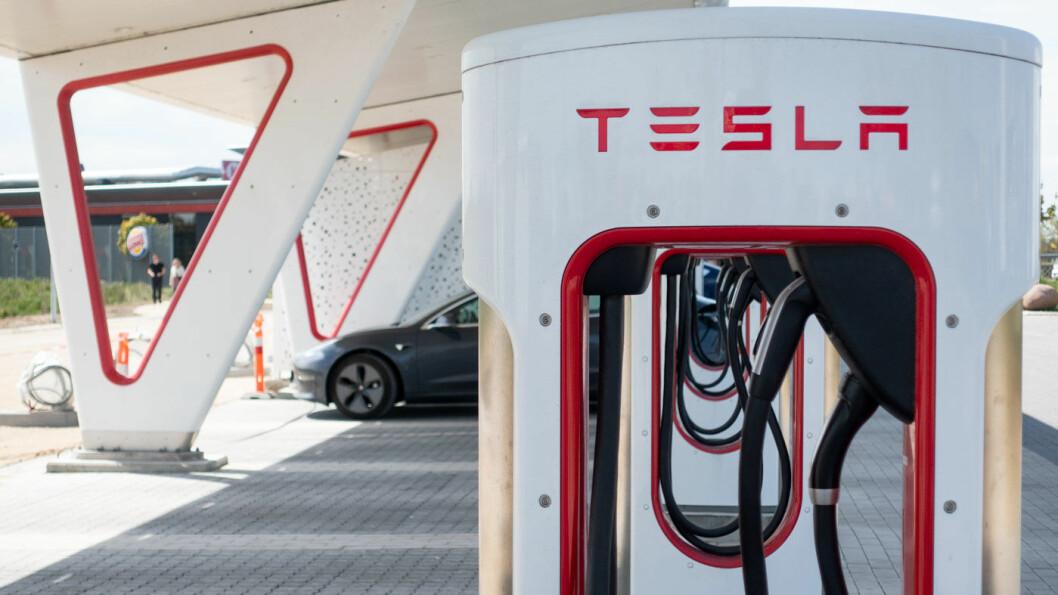 SUPER-DUPER-CHARGER: Ladenettverket til Tesla er foreløpig overlegent alle andre. Nå utvides nettverket med tredje generasjon teknologi. Det gjør at du kan lade opptil 12 mil på en Model 3 Long Range på bare fem minutter. Foto: Peter Raaum