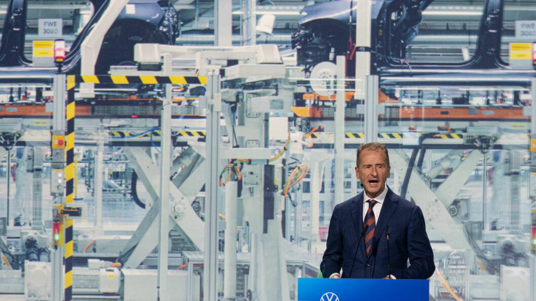GA GRØNT: VW-sjef Herbert Diess på talerstolen i Zwickau da produksjonen startet før jul.