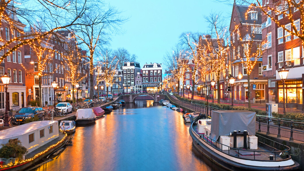 JULEPYNTET: Velkommen til nyttårscruise i et julepyntet Amsterdam.