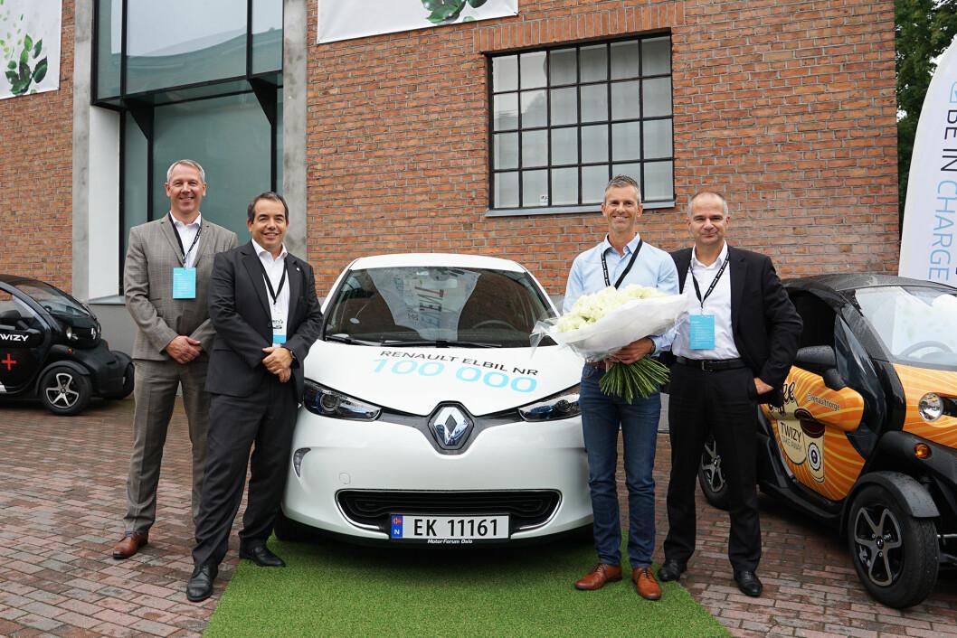 Åsmund Gilebo fra Oslo får overlevert Renaults elbil nr 100.000 av sjefen for Renaults elbilprogram, Eric Feunteun og den norske Renault-sjefen Anders Gadsbøll. Foto: Roger Andersen