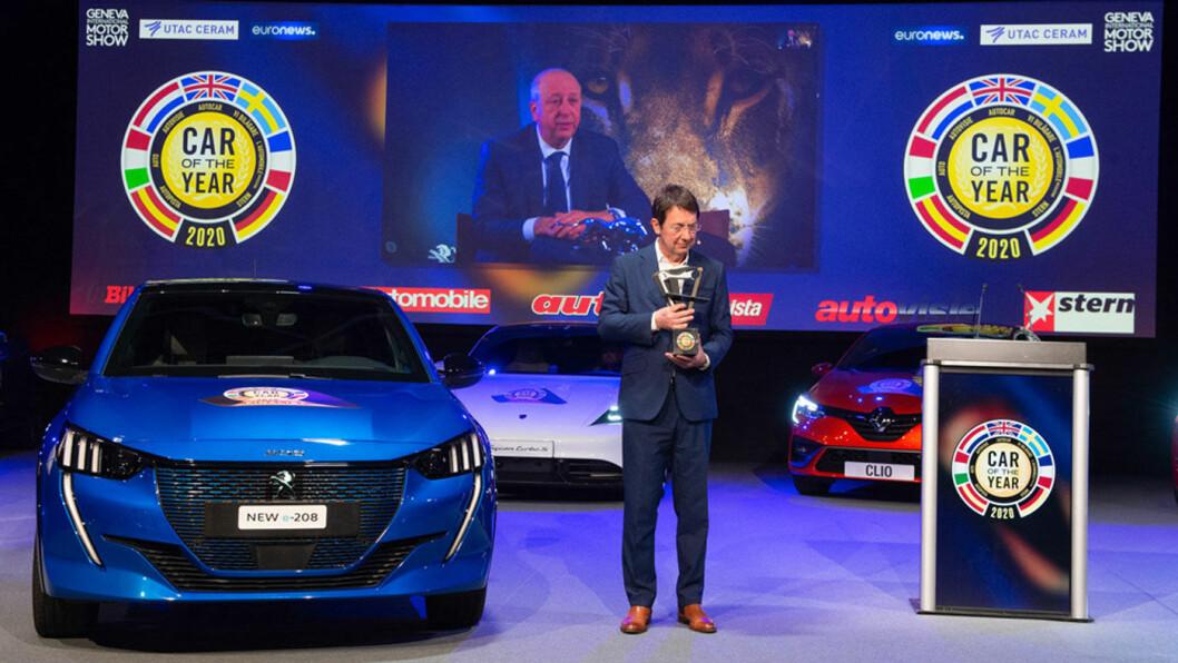 ALLSIDIG: Peugeot 208 er kåret til årets bil i Europa, mye på grunn av valgfriheten på motorfronten. Jury-leder Frank Janssen løftet troféet på en virus-lukket kåring i Genève, mens Peugeot-sjef Jean Philippe Imparato fulgte med på videolink.