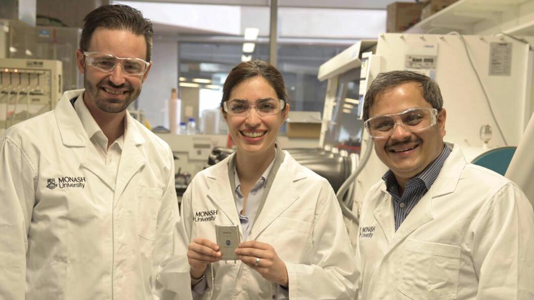 PROTOTYPEN ER KLAR: Dette er forskningsgruppen ved Monash-universitetet i Melbourne, Australia, som har utviklet fungerende batterier basert på litium-svovel-kjemi, som kan doble energitettheten, og dermed for eksempel rekkevidden på elbiler. Foto: Monash University