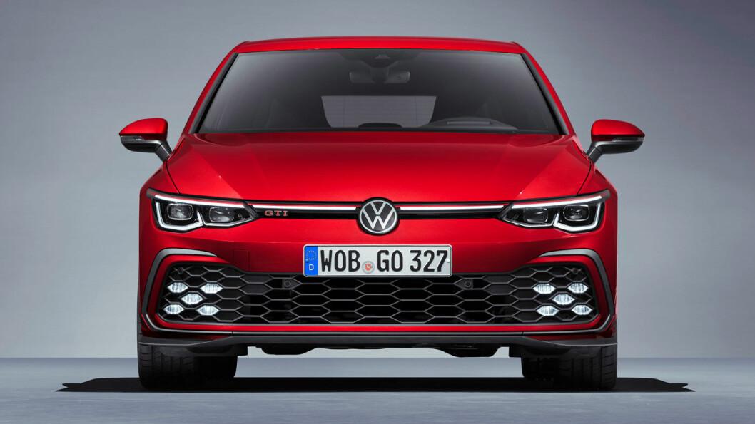 GJENKJENNELIG: Med sin lysende ribbe i grillen og karakteristiske lysdesign under støtfangeren, blir det lett å kjenne igjen Volkswagen Golf i GTI- og GTE-utførelse. Foto: Volkswagen AG