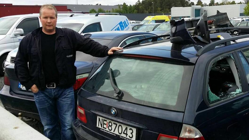 VENTER PÅ DOM: Geir Egil Olsen har stått tiltalt for rundt 100 kriminelle forhold under den lange rettssaken i vinter i Aust-Agder tingrett. Her er han fotografert ved en kollisjonsskadet bil utenfor butikken sin i Grimstad. Foto: Baard Larsen