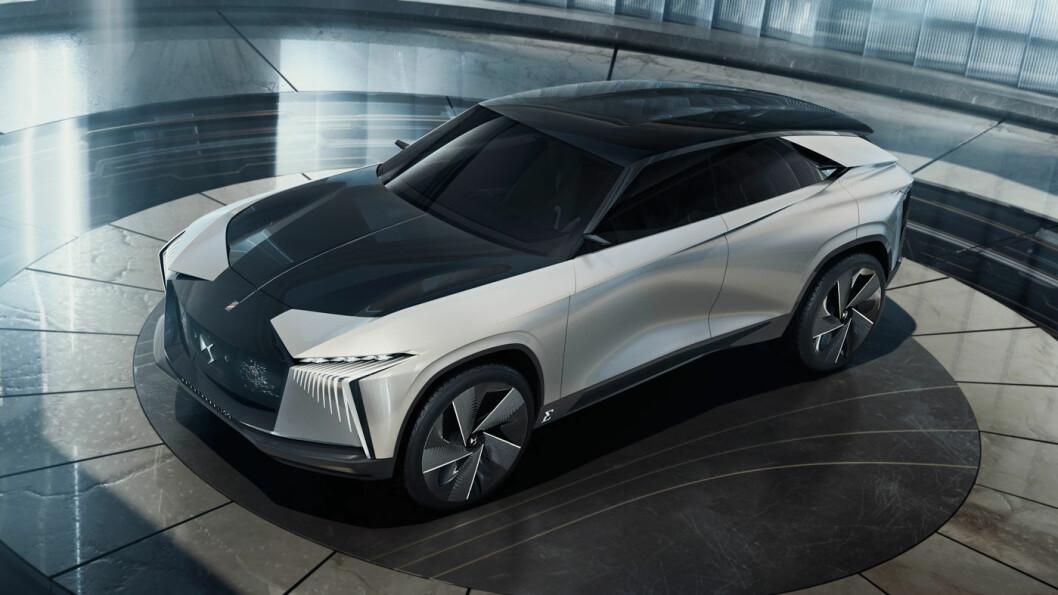 GRÅDIG GLIS: Fronten på DS-konseptbilen gir oss visse assosiasjoner til Lexus. I stedet for grill, har den en dominerende skjerm som dekker sensorene til kjøreassistansen.