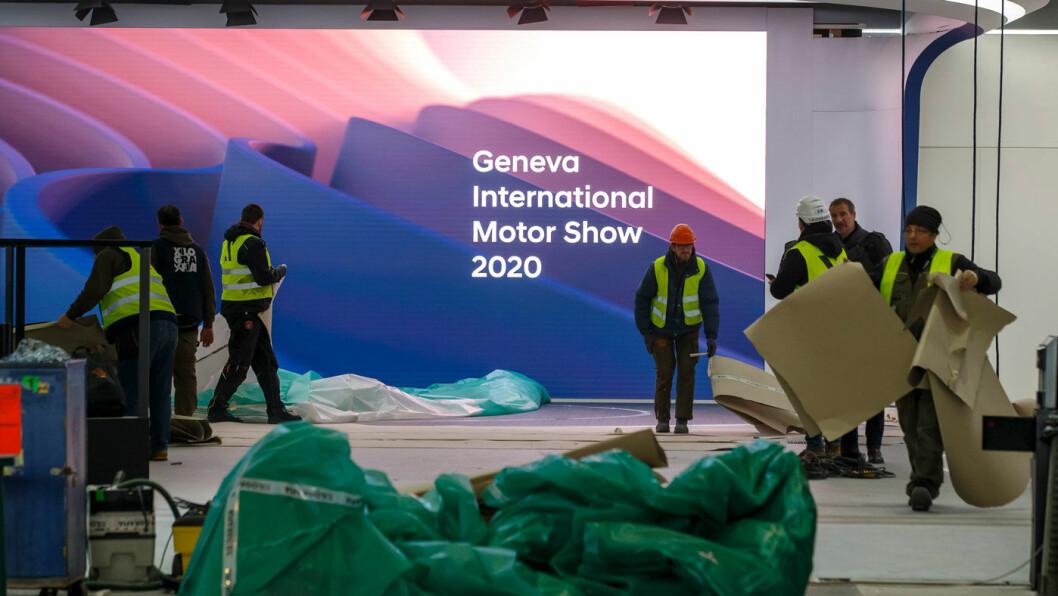 PAKKER SAMMEN: Medarbeidere i sving med å pakke ned det som verden ikke fikk se av bilnyheter på Genève-utstillingen. Men nyhetene kommer nå etter hvert… Foto: Salvatore di Nolfi, NTB scanpix