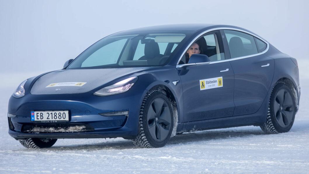 SKUFFER: Tesla Model 3 faller ikke gjennom i noen vinterøvelser, men kommer likevel sist når alle testsjåfører summerer poengene sine. Foto: Tomm W. Christiansen