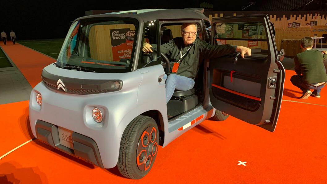FÅR PLASS: Motors utsendte oppdager det nye mobilitets-objektet. Selv en velvoksen motorjournalist kan fint ta plass i Citroën Ami.