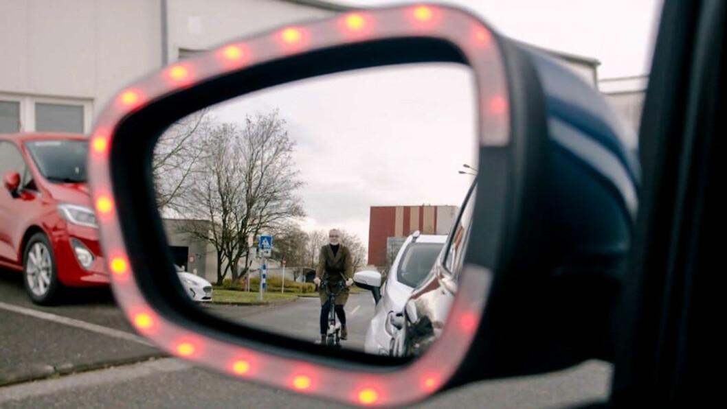 DISCO-EFFEKT: Røde, blinkende lys både i speil og i dørsidene skal varsle føreren, passasjerene – og syklisten. Foto: Ford Motor Company