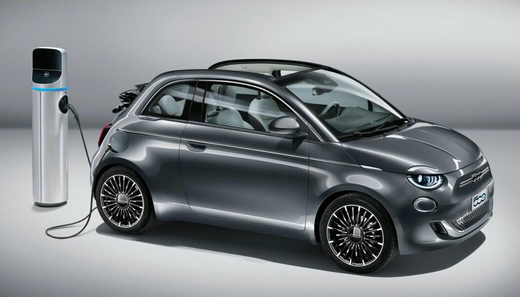 TILBAKEKALLES: Fiat 500 (bildet) og en annen el-småbil, Honda e, må inn for programvareoppdatering