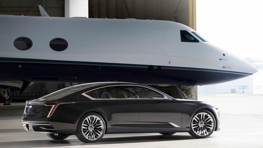 ELEKTRISK LUKSUS: Cadillac har tidligere vist luksussedanen Escala, som V8-motorisert konseptbil (bildet). Det spekuleres i at en kommende modell med denne typen design blir en av de ti elbilene som er planlagt satt i produksjon innen seks år fra nå, og får navnet Celestiq.