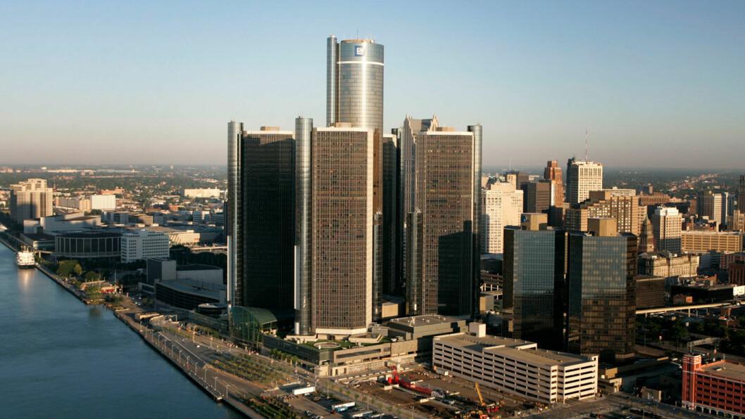 FORTSATT MEKTIG: Renaissance Center i Detroit, der General Motors har sitt hovedkvarter. Renaissance betyr, symbolsk nok, «gjenfødelse»...