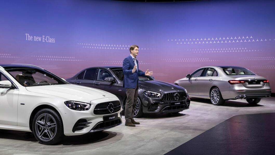 ERSATZ: I stedet for avduking av fornyet E-klasse på bilutstilling, foretok toppsjefen i Mercedes, svensken Ola Källenius, presentasjonen i TV-studio under en strømmet videokonferanse.