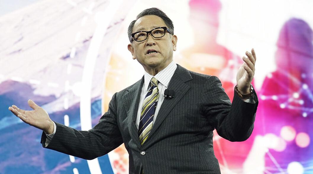 VARSLER BATTERI: Toyotas toppsjef Akio Toyoda annonserer samarbeid med Panasonic om et selskap som skal utvikle og produsere elbilbatterier. Foto: Toyota