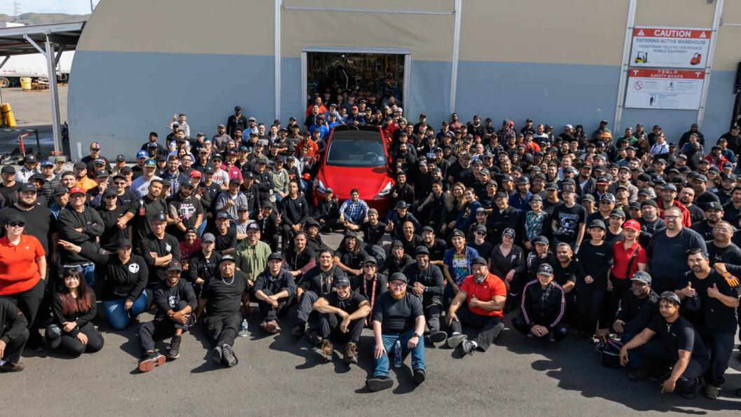 NUMMER 1.000.000: Det ble en rød Model Y. Elon Musk kunne denne uken feire milepælen sammen med ansatte ved Tesla-fabrikken i Fremont. Foto: Tesla