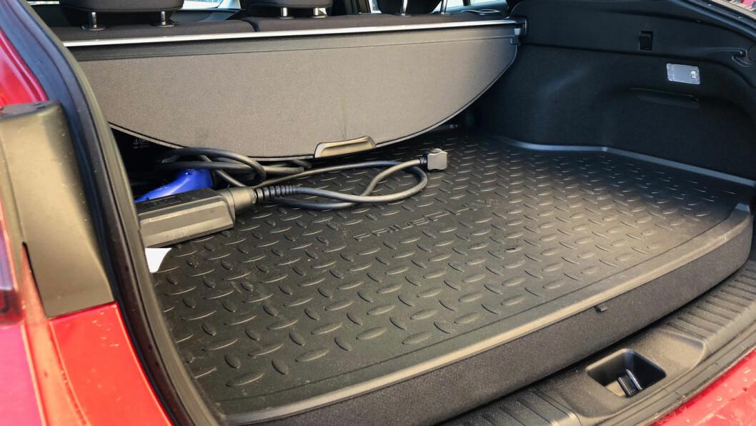 PLASSPROBLEM: Selv en vanlig Prius har ikke voldsomt med bagasjeplass (over). En ladbar Prius har 140 liter mindre (det nederste bildet). Det forhøyede bagasjeromsgulvet er både synlig og merkbart.