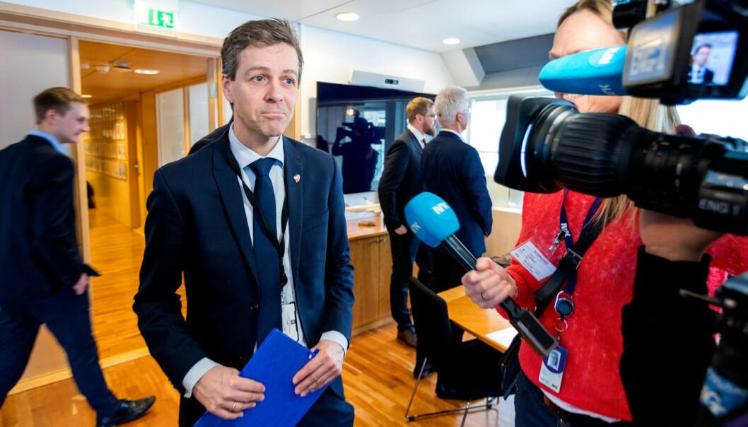 (NESTEN) ALLE FÅR: Samferdselsminister Knut Arild Hareide, her med prioriteringene fra Statens vegvesen og Nye Veier i hånden, kommer fredag med beskjeden om hvor langt ned på listene regjeringen vil strekke seg.