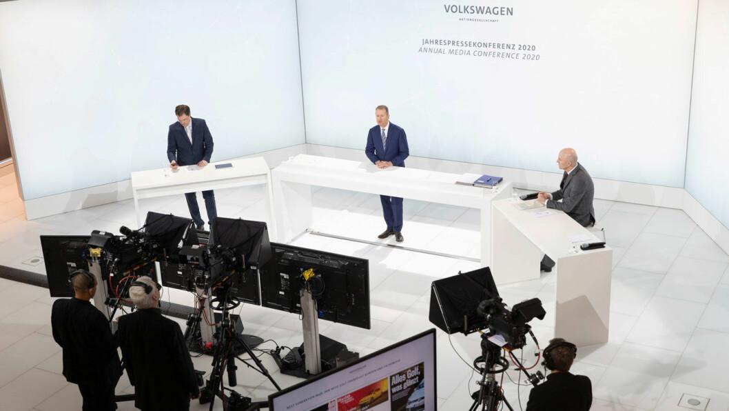 VIRUSFRITT: Volkswagen-sjef Herbert Diess holdt tirsdag årets presentasjon av siste års regnskapstall som en ren videoseanse – uten journalister og analytikere tilstede. Her i Volkswagens studio, flankert av kommunikasjonsdirektør Marc Langendorf (t.v.) og Frank Witter, styremedlem i Volkswagen AG med ansvar for økonomi og IKT.