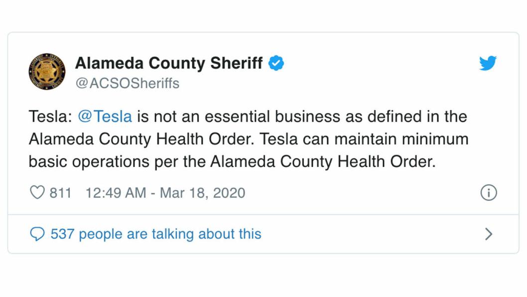 STOPP: Det er ikke samfunnskritisk viktig å lage Tesla-biler, fastslår sheriffen i Alameda County. Foto: Skjermdump fra Twitter
