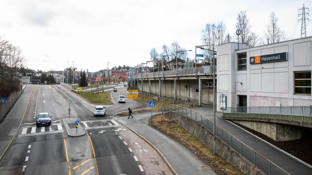 IKKE HELT RUSH: Dette bildet er tatt onsdag klokken 8.48. På dette tidspunktet ville det vanligvis vært travel rushtid på Bryn i Oslo. For å hindre smitte av koronaviruset holder de fleste seg hjemme. Foto: Håkon Mosvold Larsen / NTB scanpix