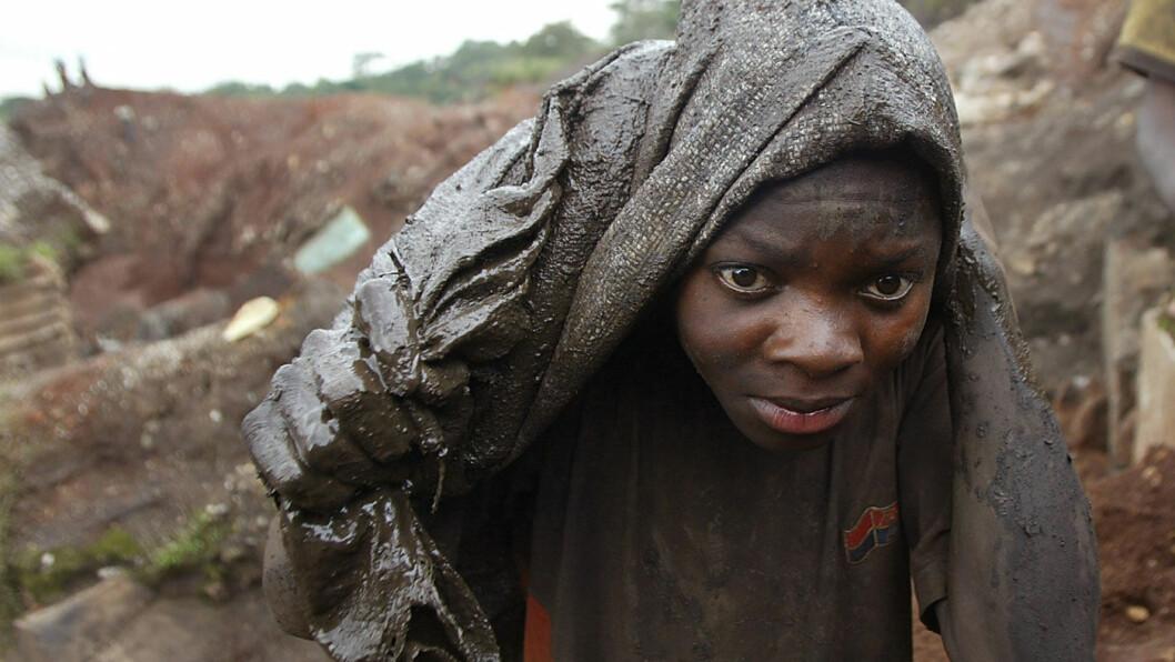 STOPPER OPP: Verdens bilfabrikker er i øyeblikket mer er eller mindre stengt. Nå er det også stopp ved kobolt-gruvene i Kongo på grunn av koronasmitte. Dette arkivbildet av en ung gutt er tatt uten Likasi, sør i Kongo. Foto: Schalk van Zuydam, AP