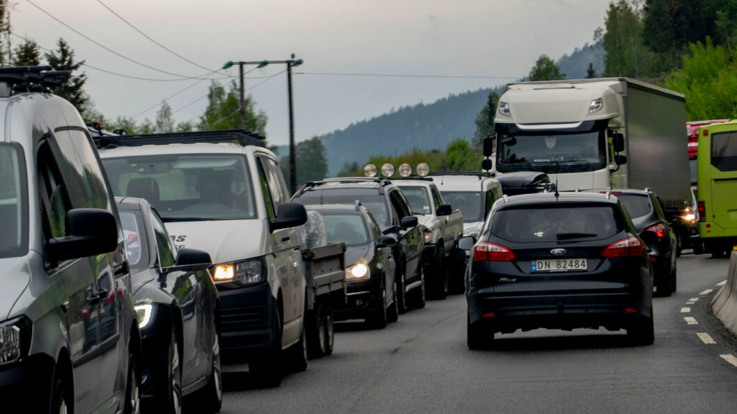 FOSSILT LENGE ENNÅ: Selv om flertallet av nybilkundene snart kjøper elbil, vil det meste av kjøringen fortsatt i flere år foregå på diesel og bensin. Foto: Geir Olsen