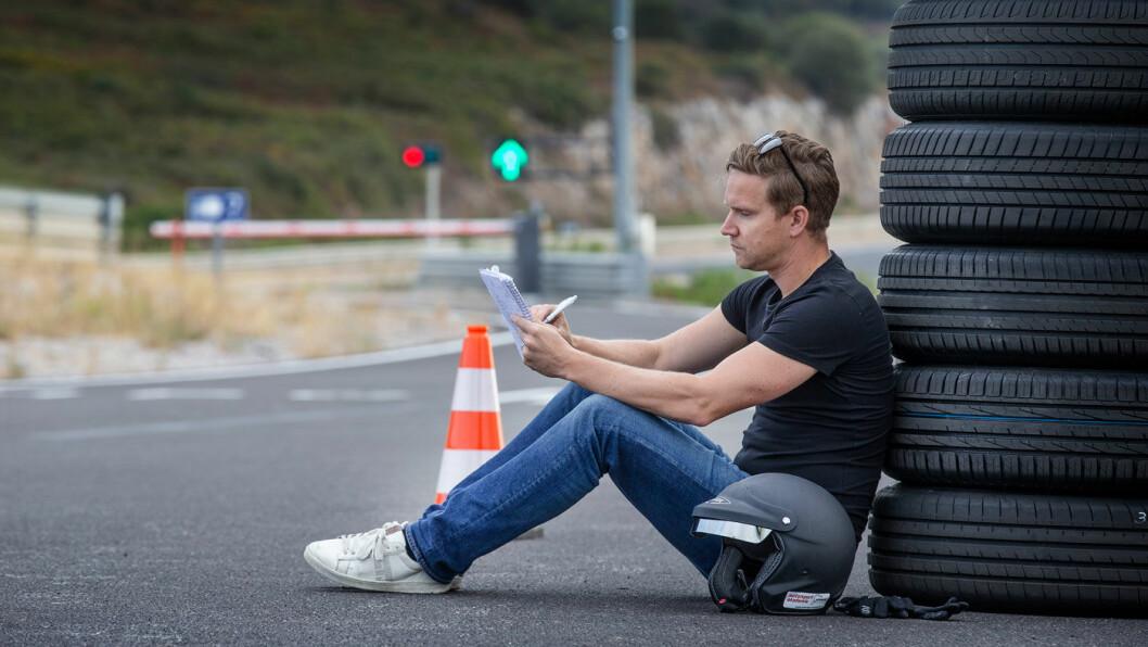 TESTSJEF: Nils Svärd noterer underveis i arbeidet med sommerdekktesten.