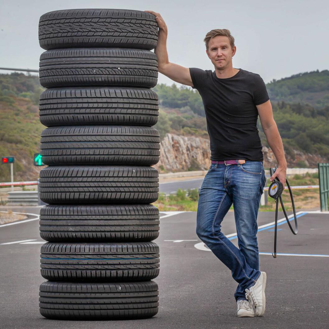 <b>TESTSJEF:</b> Dekktestansvarlig Nils Svärd ved en stabel dekk på testanlegget i Sør-Frankrike.