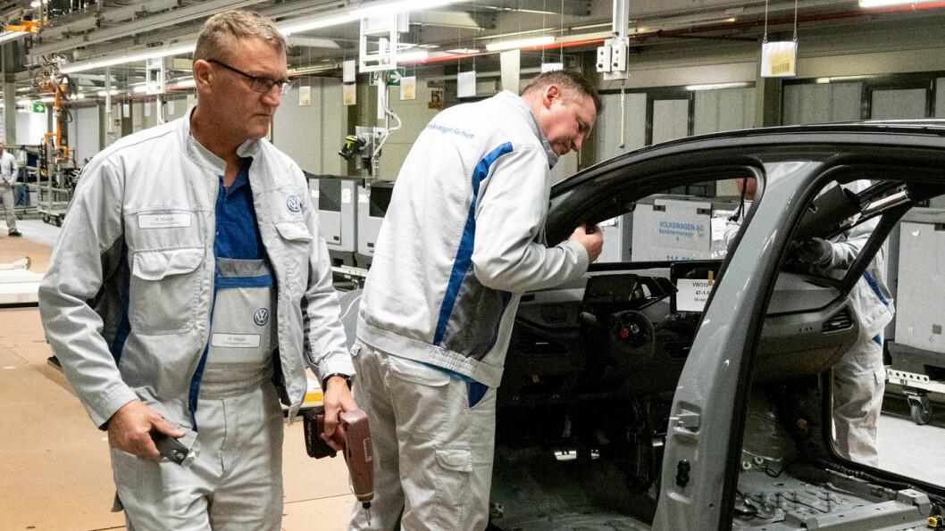 BYGGER BILENE: Arbeidere i fabrikken i Zwickau jobbet, frem til stenging på grunn av koronaviruset, på spreng med å produsere tusener av ID.3 før sommeren.