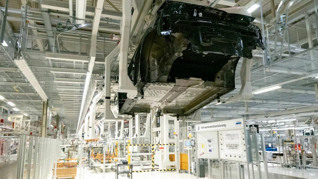 TOMME SKALL: ID.3-karosserier på produksjonslinjen. Når de er blitt ferdige biler, vil de fortsatt måtte vente på riktig dataprogram for å kunne leveres til kunder.