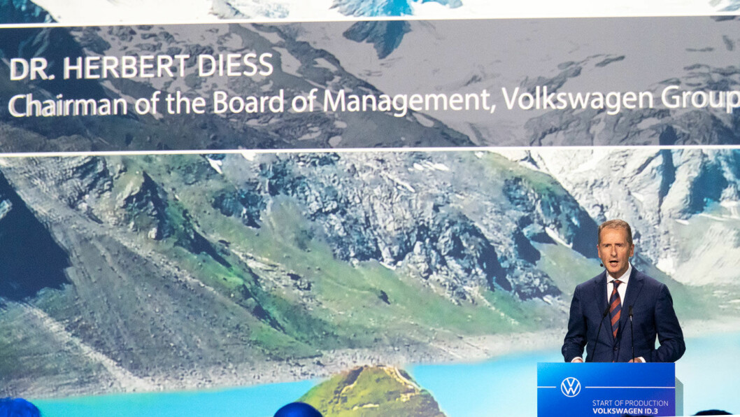 STØ KURS: Utad virker VW-toppsjef Herbert Diess trygg på at konsernet skal holde tidsplanen for e-mobilitet-strategien. ID.3-lansering til sommeren er neste etappe.