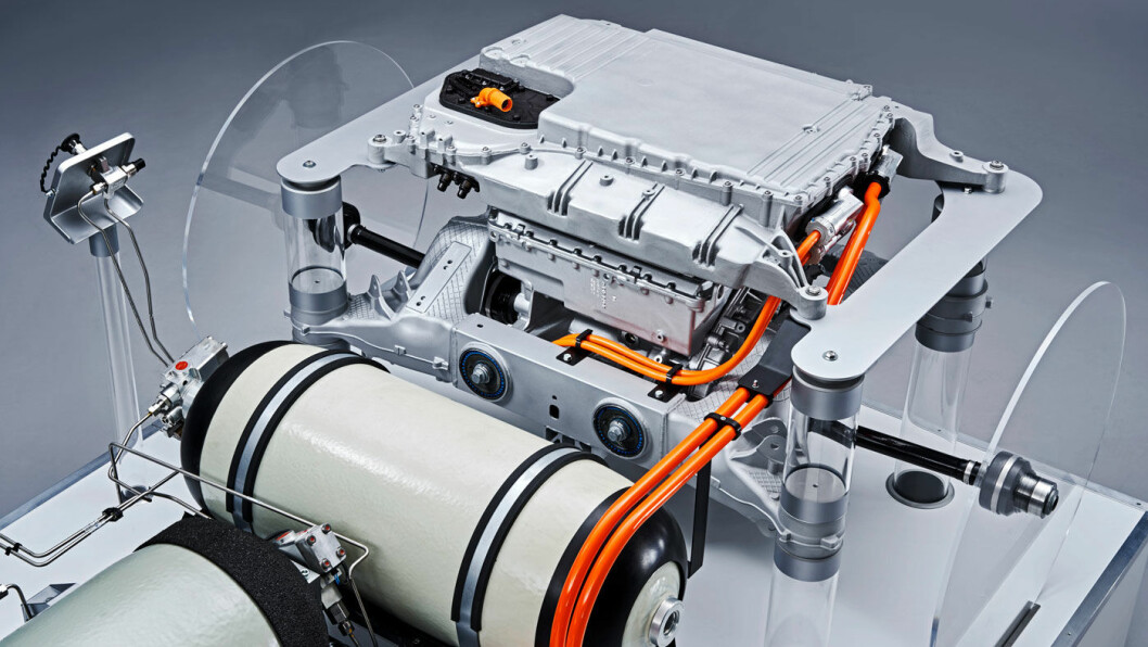 TO TANKER: En stor og en liten hydrogentank forsyner brenselcellene med drivstoff i BMWs hydrogenbil.