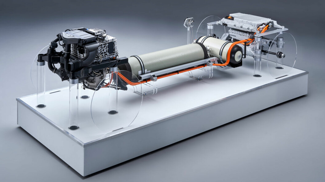 MEDBRAKT KRAFTVERK: I motsetning til en batterielektrisk bil, der energien er medbrakt i en batteripakke, produseres strømmen ombord i hydrogenbilen, der brenselcellene opererer som et kraftverk ved å la hydrogenet reagere med oksygen slik at det produseres elektrisk energi – og vanndamp.