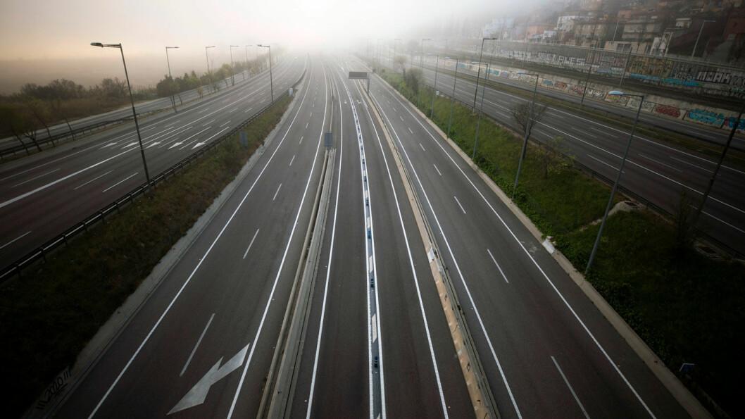 STILLHET: Motorvei i retning Barcelona uten trafikk i midten av mars. Ekstreme tiltak mot koronaviruset har ført til en kraftig oppbremsing av transport, reising og annen økonomisk aktivitet. Også CO2-utslippene faller trolig kraftig på kort sikt. Foto: Emilio Morenatti / AP / NTB scanpix