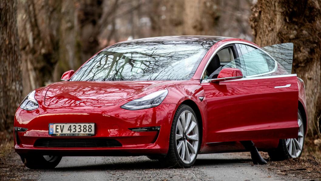 HELT I TET: Tesla kommer best ut i GlobalDatas omfattende analyse av hvor godt de ulike bilprodusentene er posisjonert for en fremtid etter koronakrisen. Her er Teslas bestselgende Model 3. Foto: Tomm W. Christiansen