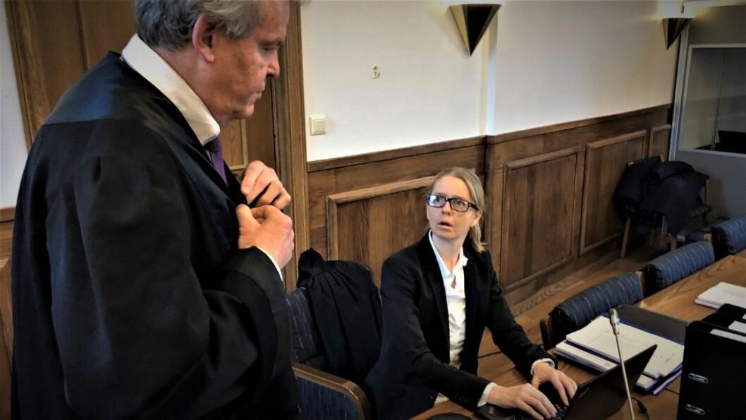 VANT: Advokat Ann Helen Aarø forsvarer bruktbilselgeren som ble dømt i tingretten, men som nå får full ankebehandling i lagmannsretten. Til venstre aktor Nils Vegard. Foto: Geir Røed