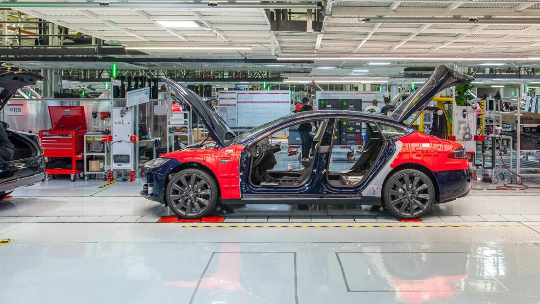 FOR FULLT TIL DET SISTE: Produksjonstakten ved Teslas hovedanlegg i Fremont var svært god frem til den måtte stenge 24. mars og hjalp Tesla til å sette ny rekord for et førstekvartal i et produksjonsår. Foto: Tesla Motor