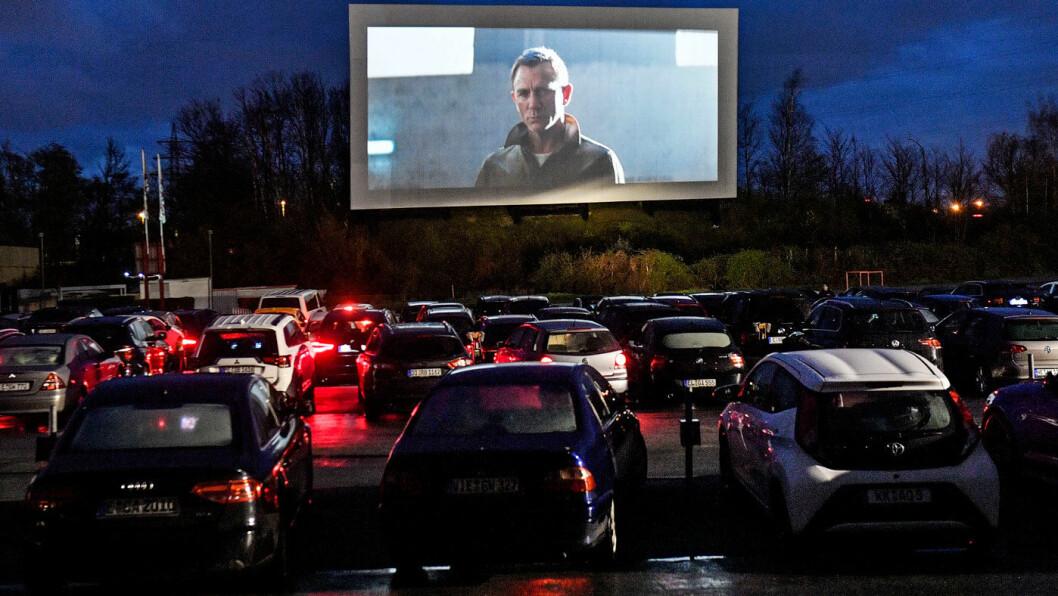DRIVE-IN: Lillehammer arrangerer drive-in-kino i påsken –ikke utendørs, som på bildet fra Tyskland, men i Håkons hall. I utgangspunktet var arrangøren skeptisk til elbiler på grunn av brannsikkerheten. Men nå har de gjort en ny vurdering. Foto: Martin Meissner, AP / NTB / scanpix
