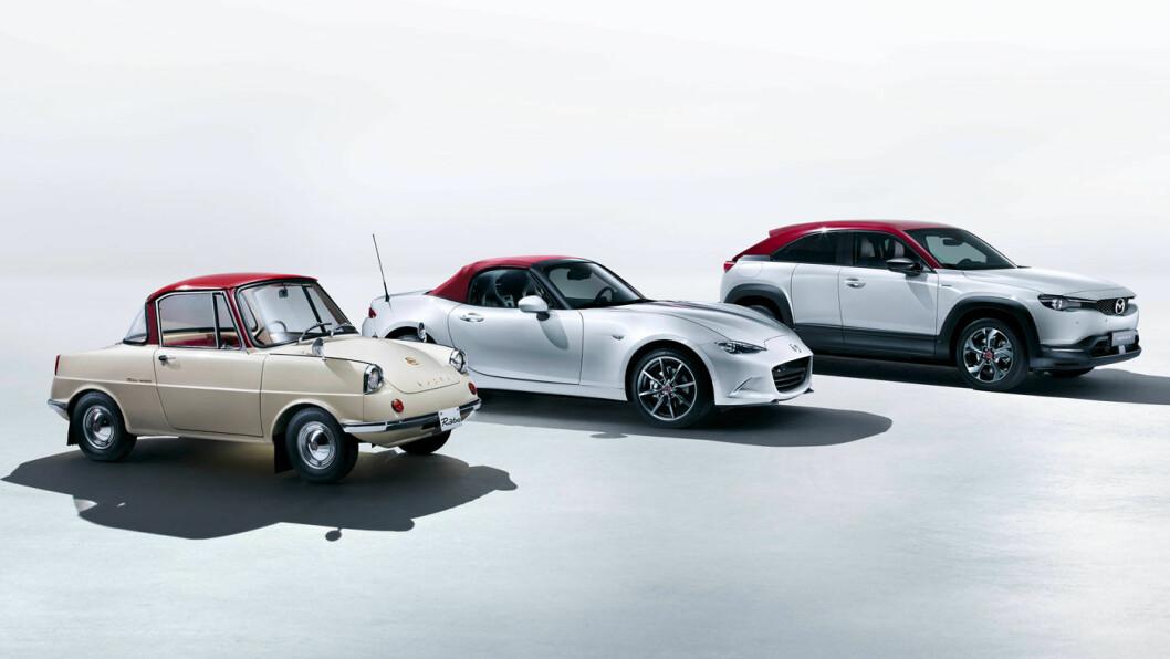 TRIO PÅ TOPP: Noen høydepunkt i Mazda-historien, ved tre av dem – R360 Coupé, sportsbilen MX 5 og elektriske MX-30. Foto: Mazda