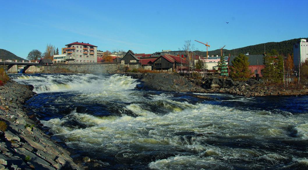 KONGSBERGS NERVE: Midt i Kongsberg danner Numedalslågen, eller bare Lågen som de lokale sier, praktfulle stryk. Foto: Wikimedia