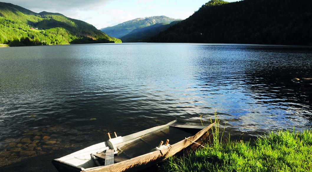 FISKE OG KANOPADLING: Når denne båten er øst tom er det bare å legge utpå Norefjorden.I nordenden av Norefjorden ligger gården Sevletunet som er hedret med Olavsrosa. Det skyldes blant annet at den er en av de eldste i landet. Foto: Per Roger Lauritzen