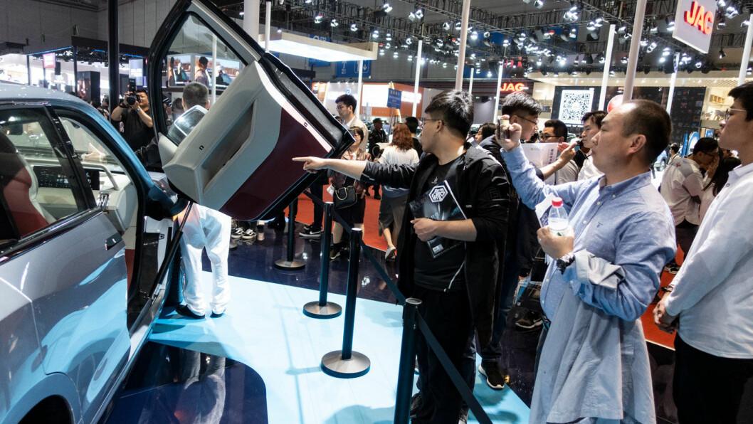 SJEKK DEN KJERRA! Publikum på fjorårets Shanghai-utstilling rundt en konseptutgave av hydrogenbilen Grove. Foto: Peter Raaum