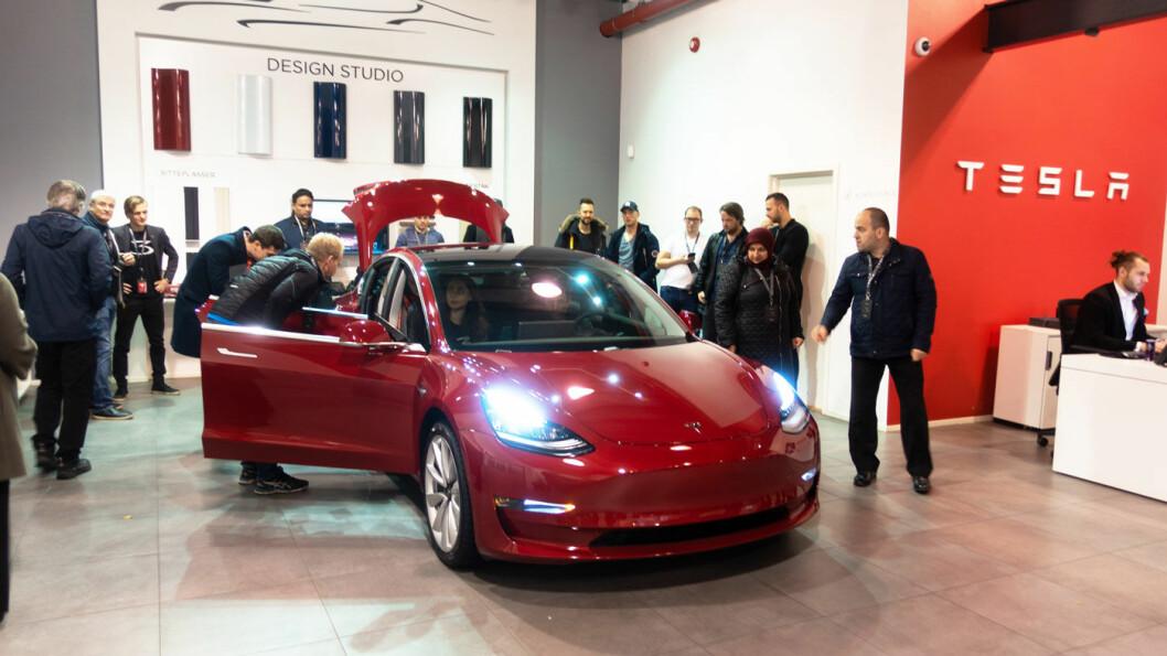 ATTRAKTIV: Model 3 trakk mange kjøpelystne til Teslas showroom i Oslo. Bilmodellen var Norges mest solgte i 2019. Og den er elektrisk… Foto: Peter Raaum