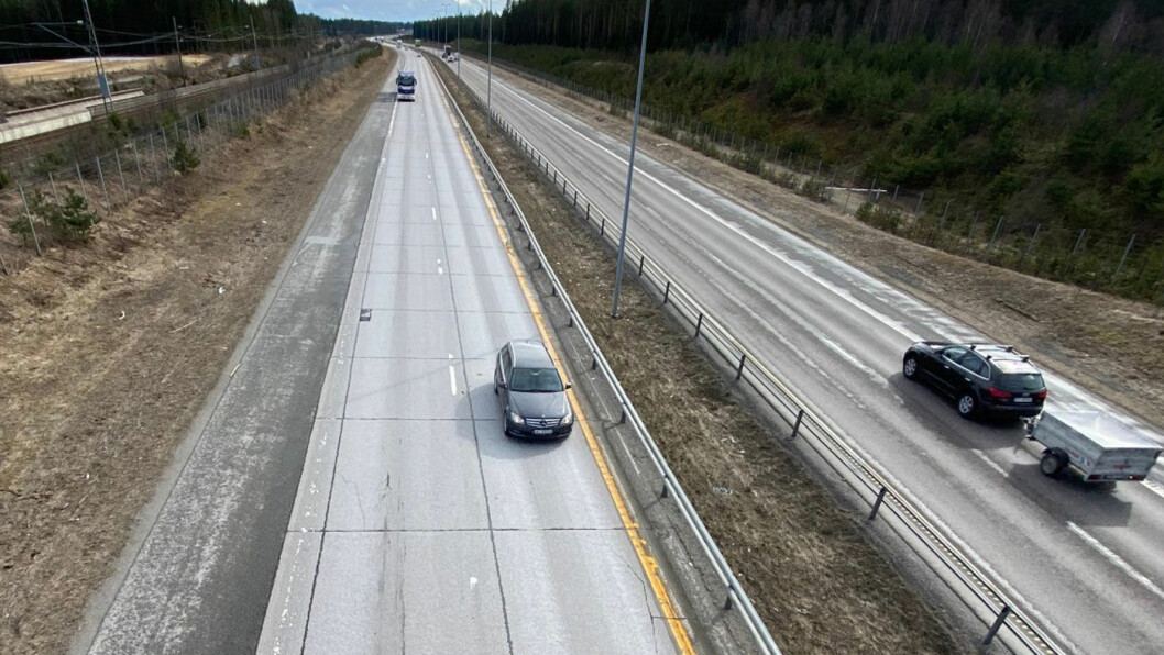 SKIFTES: Betongen på denne veistrekningen nord for Gardermoen skal omsider skiftes ut. Foto: Statens vegvesen