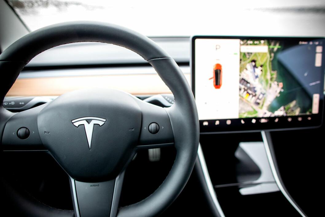 ORDNER OPP: Biler som parkerer selv er ikke noe nytt. Men systemene Tesla nå beskriver tar funksjonaliteten til et nytt og mer avansert nivå. Foto: Tomm W. Christiansen