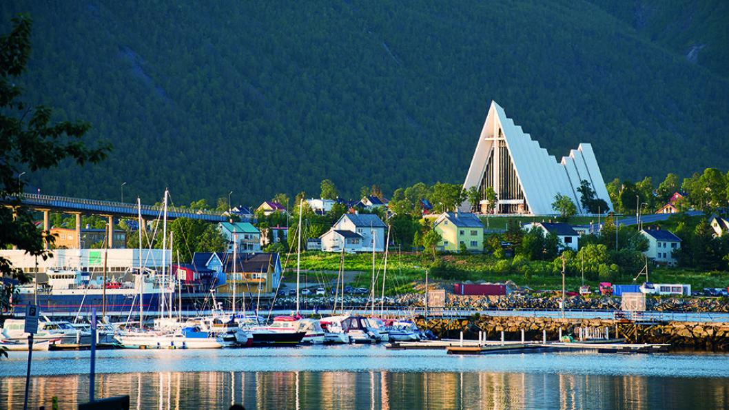 TROMSØS FYRTÅRN: Tromsdalen kirke, også kalt Ishavskatedralen, er et landemerke for Tromsø. Foto: CH - Visitnorway.com